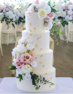 Obmazaný dort s květy