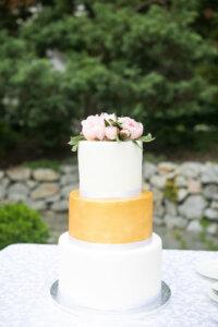 svatební dort bílý se zlatým a květinami