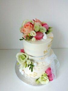 Svatební dort macarons a květiny