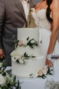 Svatební dort - bílá a květiny