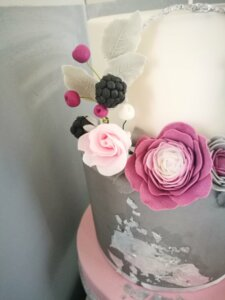 Svatební dort jemně růžová, bíla a květiny