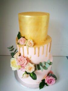 Svatební dort jemně růžová a zlatá s květinami
