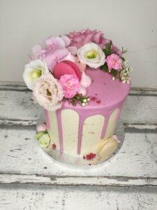 Dort růžovo-bílý makrónky a květiny