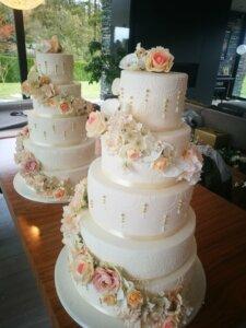 svatební dort růže a bílé ornamenty