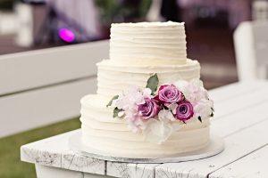 Svatební dort bílý s květinami