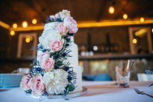 svatební dort bílý a květiny