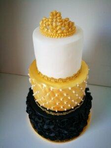 Zlatý dort s korunkou